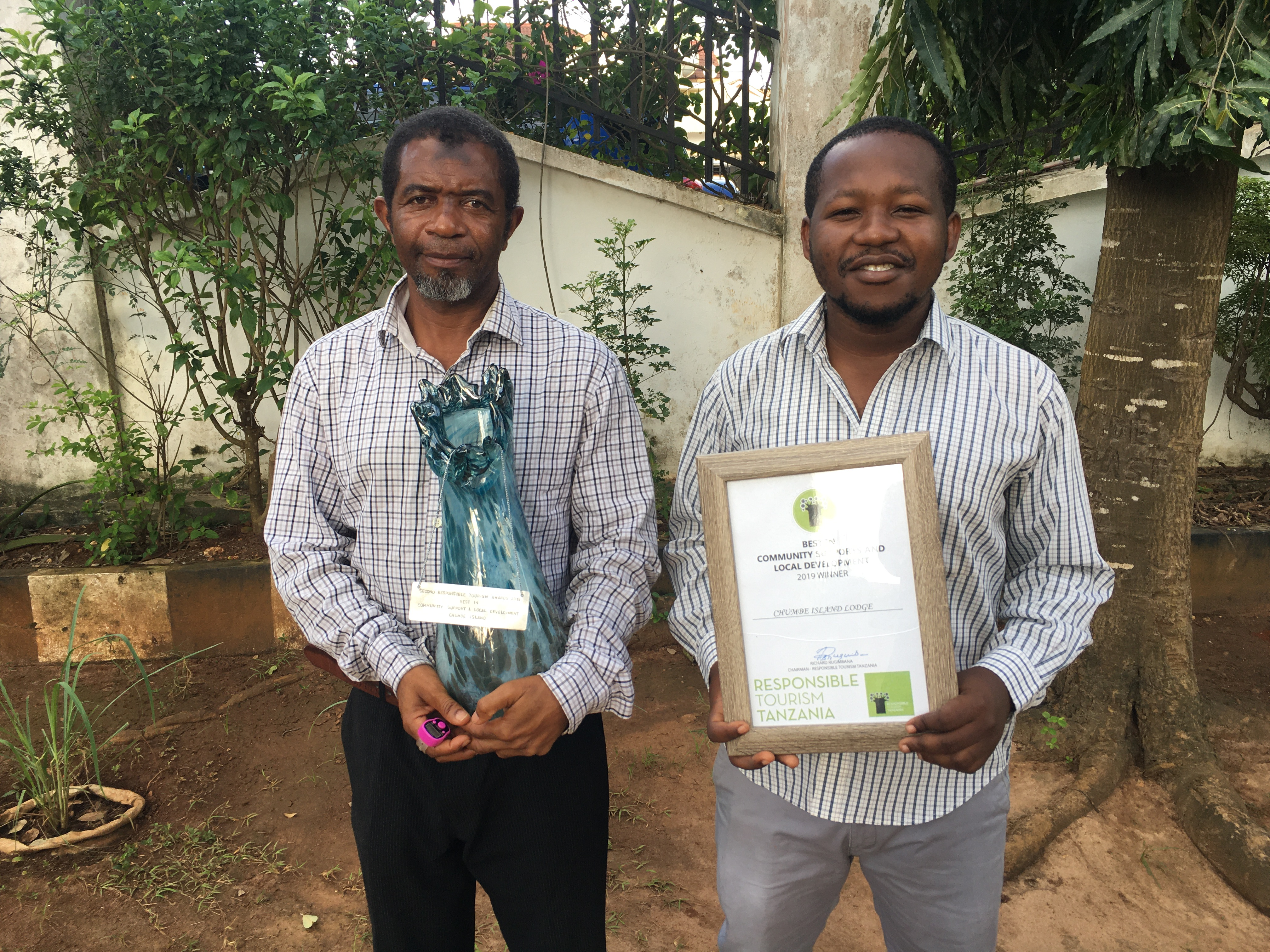 Khamis Khalfan (l) and Enock Kayagambe (r) display our RTTZ recognition